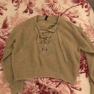 översize stickad tröja med knytning över bröstet  möts upp i stockholm
