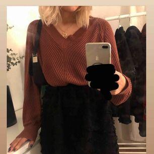 Superfin stickad tröja i en roströd/brun färg. Perfekt till hösten!! Lite större i storleken skulle jag säga, så passar även L, eller mindre beroende på önskad passform! Eventuell frakt ligger på 60kr