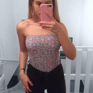 en fin tub-top från Zara! säljer pga för stor för mig. men väldigt fin annars och skön! frakt tillkommer!