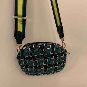 Cool väska med band! Används ej längre då det inte riktigt är min stil. Väldigt fint skick!