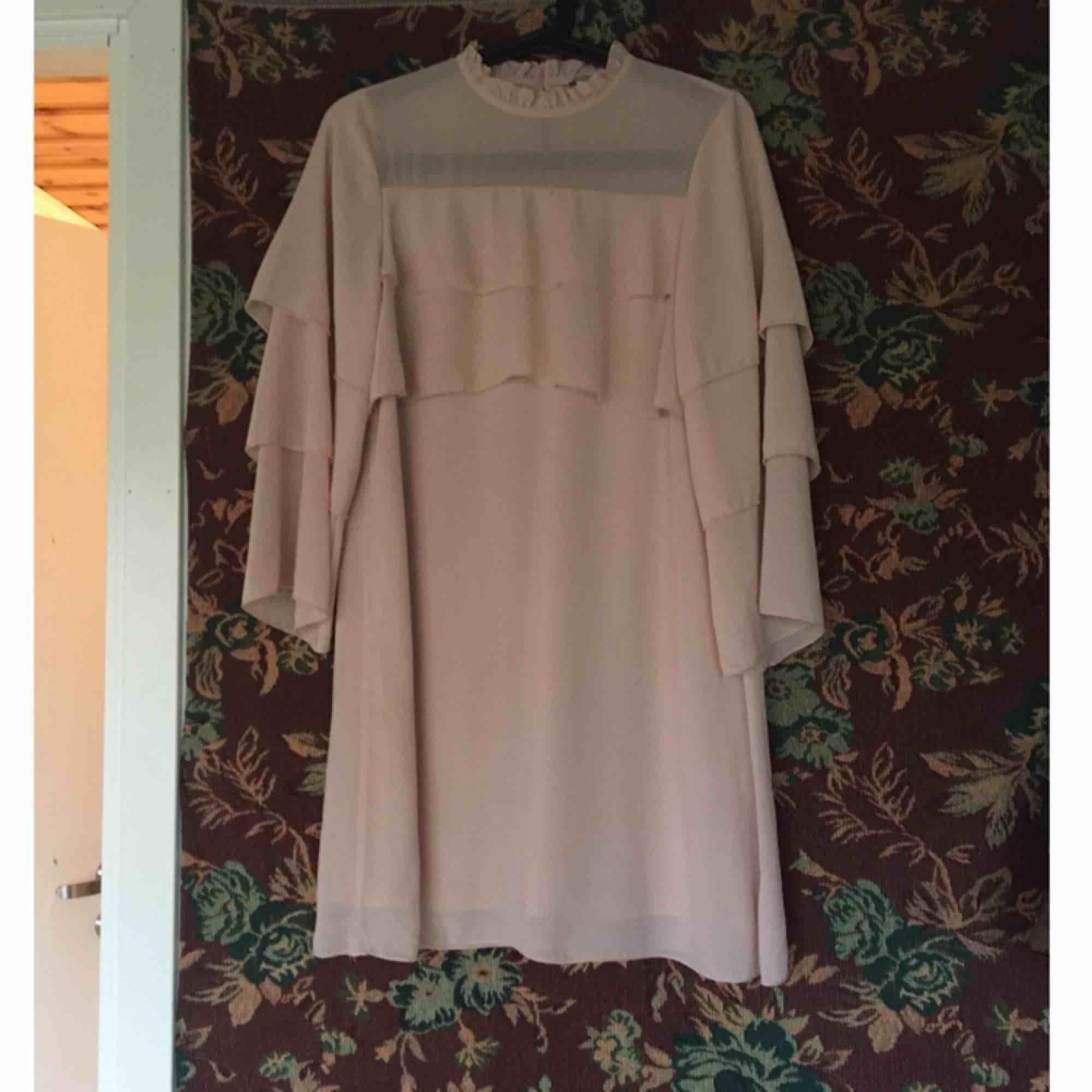Supersöt ljusrosa klänning! Knappt använd och i jättefint skick. Storleksmärkt som xs men passar mer än bra på mig som har small. Vid frakt står köparen för kostnaden 👼🏻. Klänningar.