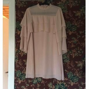 Supersöt ljusrosa klänning! Knappt använd och i jättefint skick. Storleksmärkt som xs men passar mer än bra på mig som har small. Vid frakt står köparen för kostnaden 👼🏻
