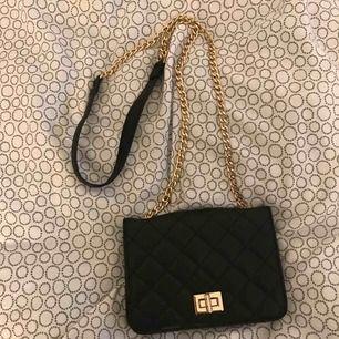 En svart liten väska ifrån wish. Köparen står för frakten