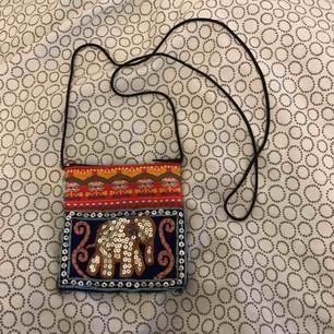 En pytteliten väska. Köparen står för frakten