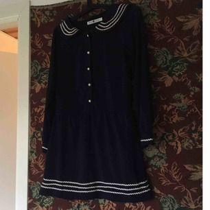 Sötaste, marinblå sjömansklänningen! Kragen, ärmsluten och nedre delen av kjolen har fina vita detaljer. Skönt och luftigt tyg oc mycket fint skick. Vid frakt står köparen för kostnaden 💌
