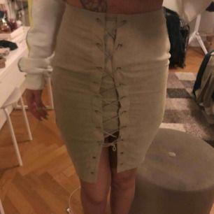 Superfin kjol med mockaimitation från na-kd! 2 år gammal men nästan aldrig använd så mycket bra skick 💖💖 Pris kan diskuteras och jag står för frakten!