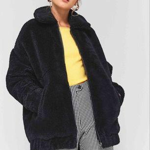 Svart Teddy jacka köpt på urban outfitters, modellen på bilden har XS så den sitter lite oversized vilket är skitsnyggt! Använd ca 2 gånger så jätte fint skick! Frakt på 100kr tillkommer! ❣️