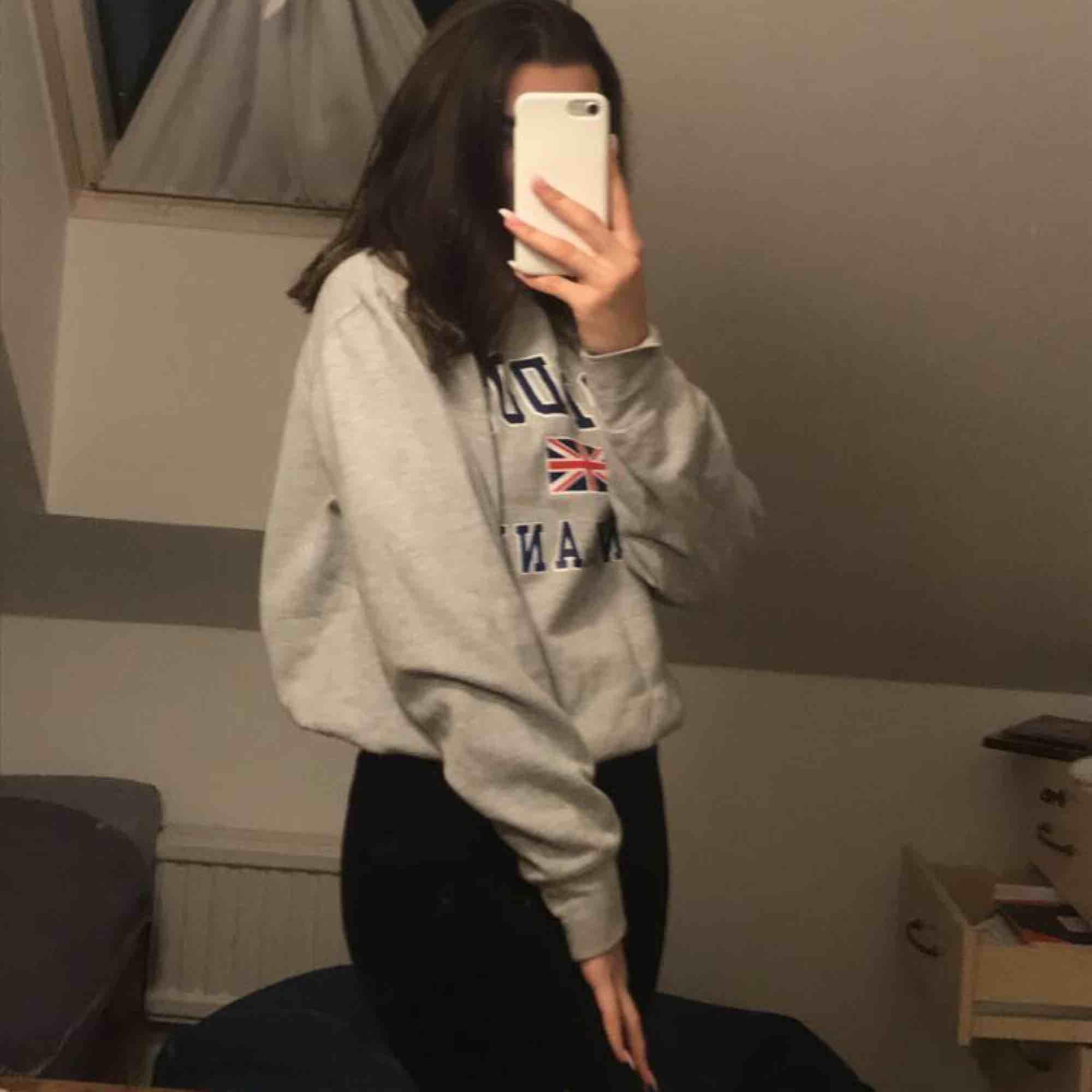 En grå sweatshirt med tryck. Väldigt fin och mysig men tyvär används den ej.😇frakt kostar 54kr. Tröjor & Koftor.