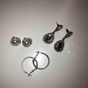 Tre par örhängen 1. Pärlor, 50kr 2. Ringar, 25kr 3. Hängen, 50kr Inga är äkta silver, är inte helt säker på material💞