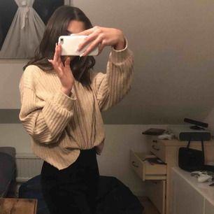 Säljer en beige tröja från Zara, knappt använd. Nypris: 350kr säljer för 150kr, plus frakt 54kr☺️