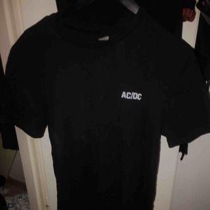 Ac/dc t-shirt Betalning sker via swish och köpare står för ev frakt