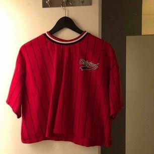 Baseball inspererad magtröja från H&M med tryck på baksidan, använd 1 gång. Bra skick, köparen står för frakten