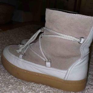 Skinnboots från Zara. Liknar inuikii skor. Köpta för ca 1000kr och finns inte kvar längre. I SKINN!