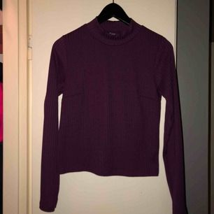 Turtleneck tröja från Ginatricot i lila. En tajt modell, bra skick och är knappt använd. Köparen står för frakten