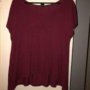 Vinröd tröja från ellos, längre där bak. Det finns 2 sömmar längst ryggen, storleken går inte att se men gissar att den är M eller L. Köparen står för frakten.