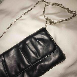 Vintage clutch i skinn (ej äkta🐰💛!) Följer med kedja som går att ta av lätt om man hellre bär väskan i handen. Uppskattas vara från 80-talet🌟 Denna är i jättefint skick.