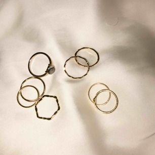 Säljer alla dessa superfina guld-färgade ringar då de tyvärr är för små på mina fingrar!🙁 Få alla för 100 kr🥰