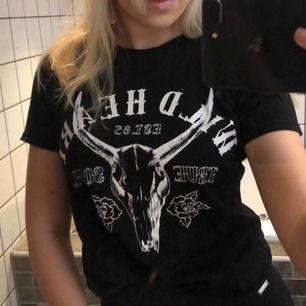 Svart T-shirt med tryck från Gina tricot!