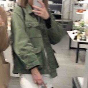 Säljer denna jacka från Zara i storlek XS men det är en oversize modell så den skulle passa upp till L. Har använt den fåtal gånger men är i bra skicka