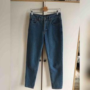 """Ett par jeans som liknar """"mom jeans"""". Storlek W27, köparen står för frakten om den ska fraktas, annars kan jag mötas upp i Örebro❤️"""