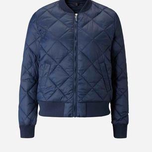 En marinblå quiltad jacka från Åhléns, den är i extremt bra skick då jag använt den fåtal gånger. Nypris är 600 kronor.