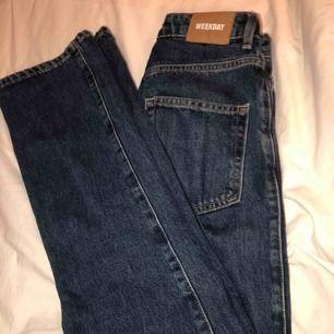 Jeans från weekday i modellen row. Storlek 25/30. Använda några fåtal gånger🥰 köparen står för frakten!