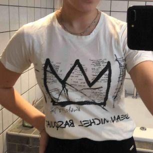 Vit T-shirt. Vet inte vad det är för märke men väldigt snygg tröja!
