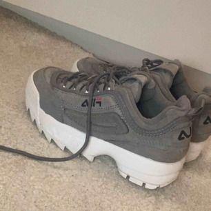 Fila Disruptor skor i grå mocka. väldigt bra skick, använda endast ett par gånger.