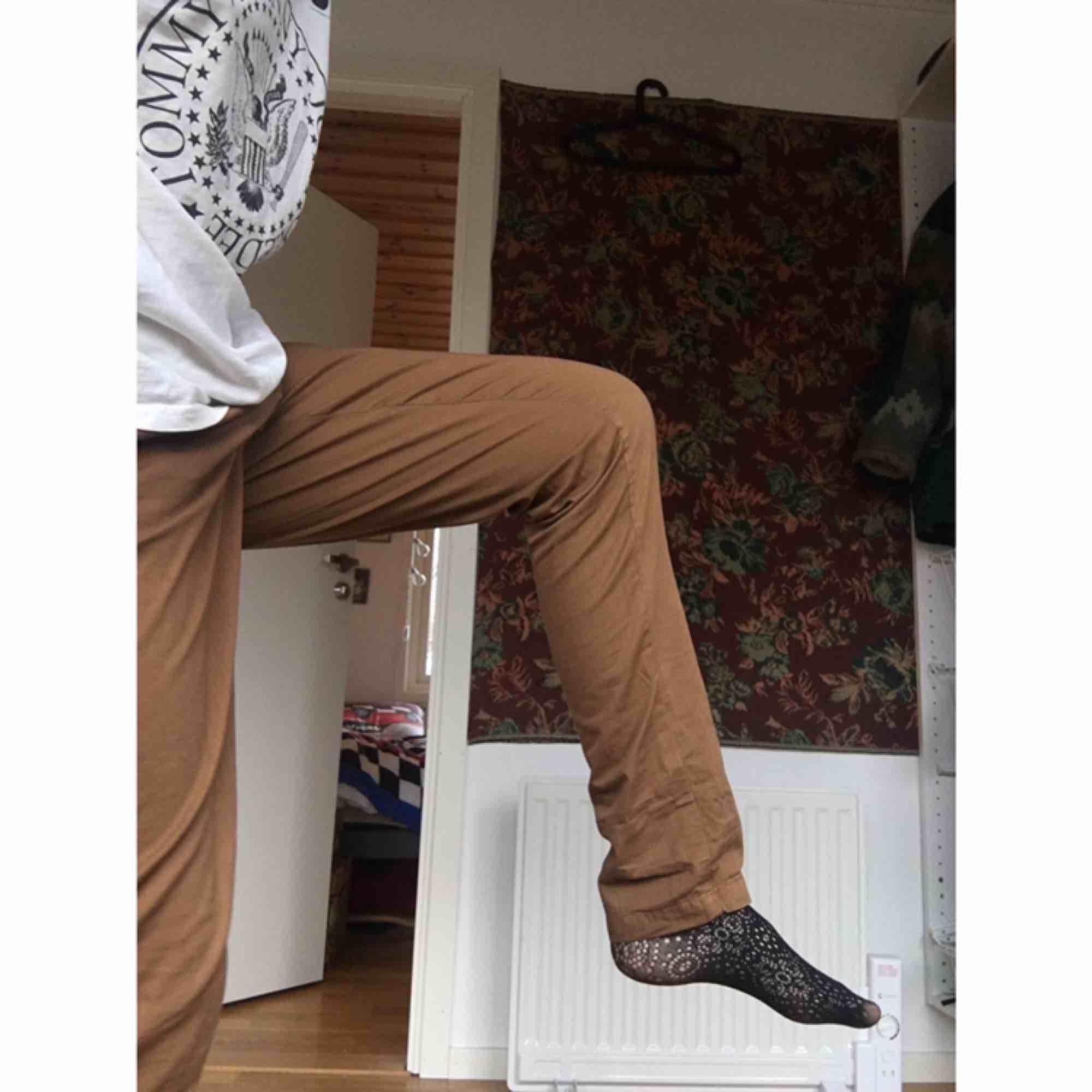 Jättefina bruna tygbyxor från zara. Knappt använda och i perfekt skick. Vid frakt står köparen för kostnaden 💌. Jeans & Byxor.