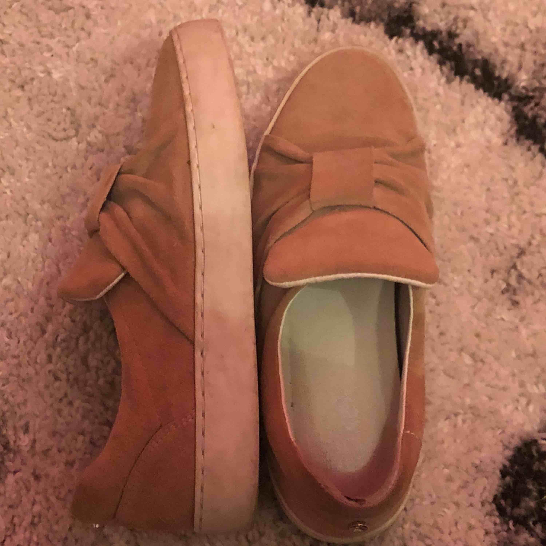 Ett par gulliga skor köpta för 700 kr använda 1 gång🙌🏼😁. Skor.