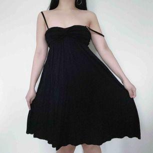 Enkel fast jättesöt svart axellös klänning i mysigt material. Kan användas på stranden som sommarklänning eller till vardags till fester typ 🖤 Kan användas med eller utan bh. 🖤 Jag står för frakten!