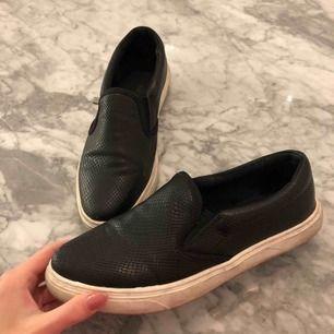 """""""Ormskinns"""" slip ons från ellos. Använda ett tag så är lite smutsiga och har ett märke på ena skon (se sista bilden) men annars fina och sköna. Köparen stör för frakten"""