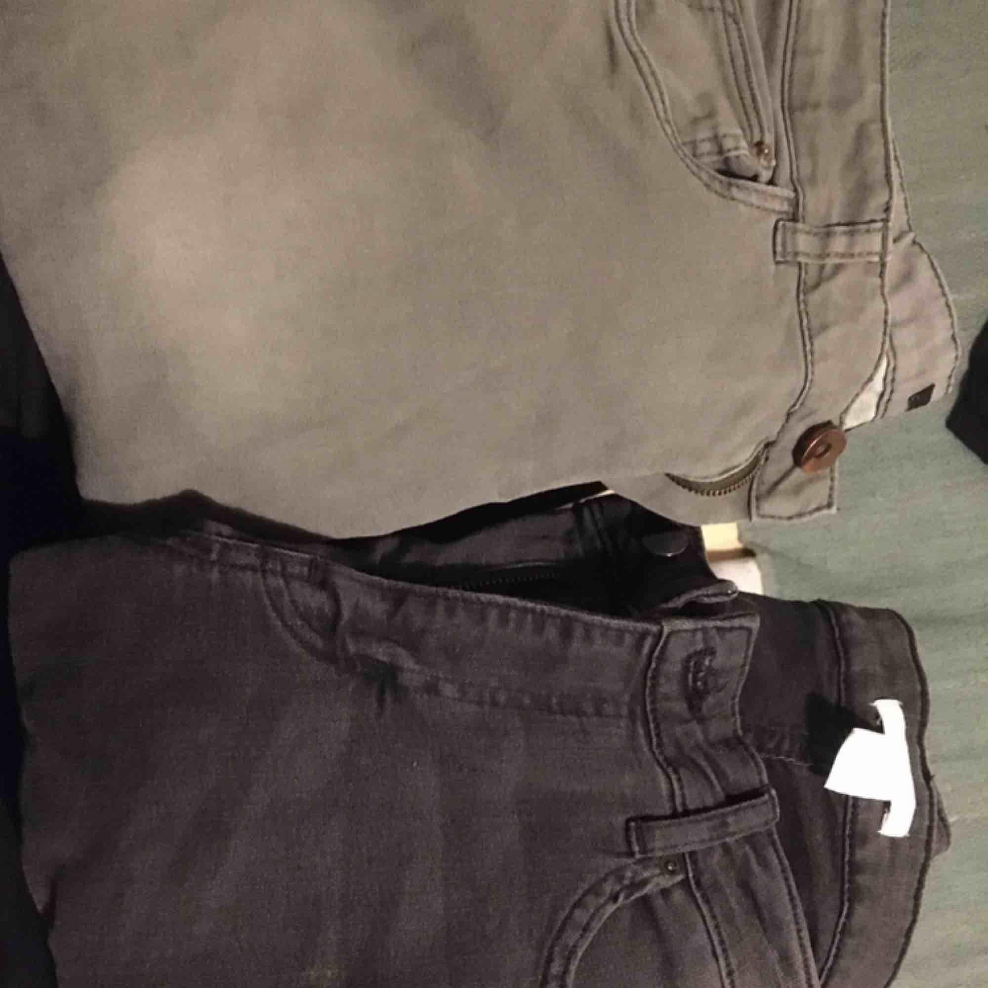Ljus gråa är stl 36 och dom mörka 38.  Köp båda för 100kr. Betalning sker via swish och köpare står för ev frakt . Jeans & Byxor.