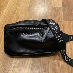 Midjeväska från Kendall + Kylies kollektion. Funkar även att ha den över bröstet.