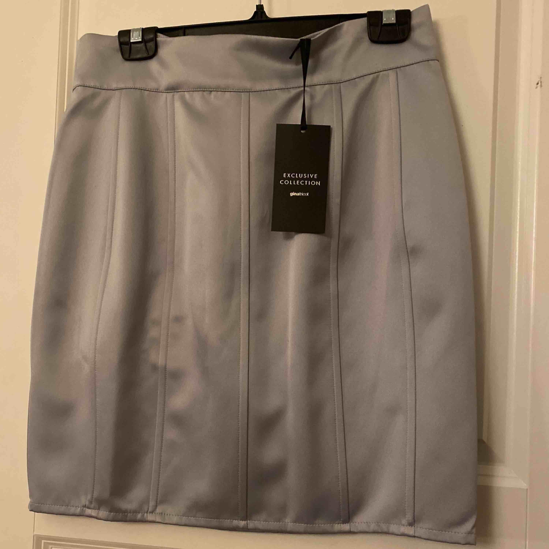 Fin silver-grå kjol ifrån Gina Tricot. Aldrig använd, säljer pågrund av rensning av garderob vid flytt. Kjolar.