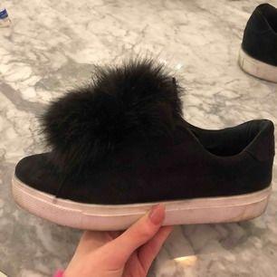 Fluff skor från Bianco. Går att både ha med fluget eller ta bort de. Ganska bra skick men använda några gånger. Köparen står för frakt