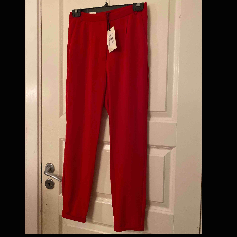 Helt oanvända kostymbyxor ifrån Bikbok. Storlek xs. Byxorna är lite mörkare röd än vad som syns på bilderna. Säljer pågrund av att dem inte passar mig . Jeans & Byxor.