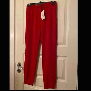 Helt oanvända kostymbyxor ifrån Bikbok. Storlek xs. Byxorna är lite mörkare röd än vad som syns på bilderna. Säljer pågrund av att dem inte passar mig