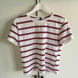 En randig T-shirt som har storleken L, men känns mer som M/S. Säljs pågrund av att den inte används längre. Köparen står för frakten. Skriv för mer info❤️