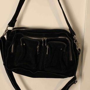 Säljer min svarta nunoo bag i svart mocka, använda ca 2 gånger så den är som ny! Nypris är 1599kr