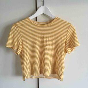 En randig T-shirt från monki, säljs pågrund att den används ca två gånger. Köparen står för frakten. Skriv för mer info❤️