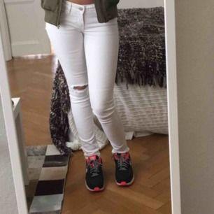 Hollister jeans i bra skick men inte kommit till användning då jag föredrar lite högre midja👖👖 Jag är nästan 165cm💗