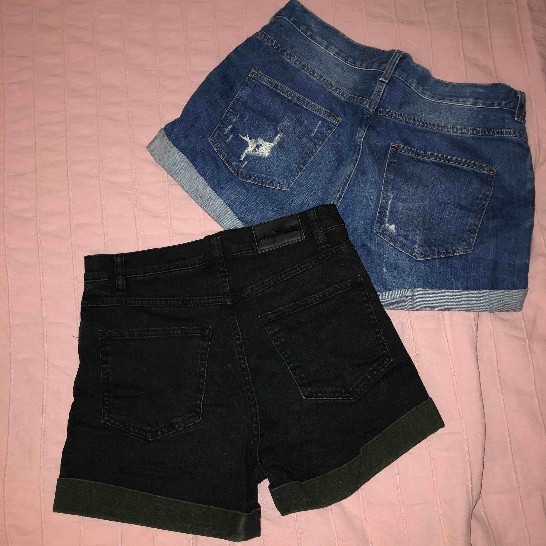 2 par högmidjade shorts ifrån Monki i storlek M. Säljer båda för 150:- och ett par för 80:-. Shorts.