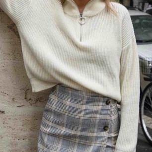 Jättesnygg finstickad tröja köpt här på Plick för 200kr. (Första bilden är lånad från original annonsen). Tröjan är sparsamt använd men den sitter inte oversize på mig längre då jag har gått upp i vikt därför säljer jag den. Frakt på 60kr tillkommer🌸