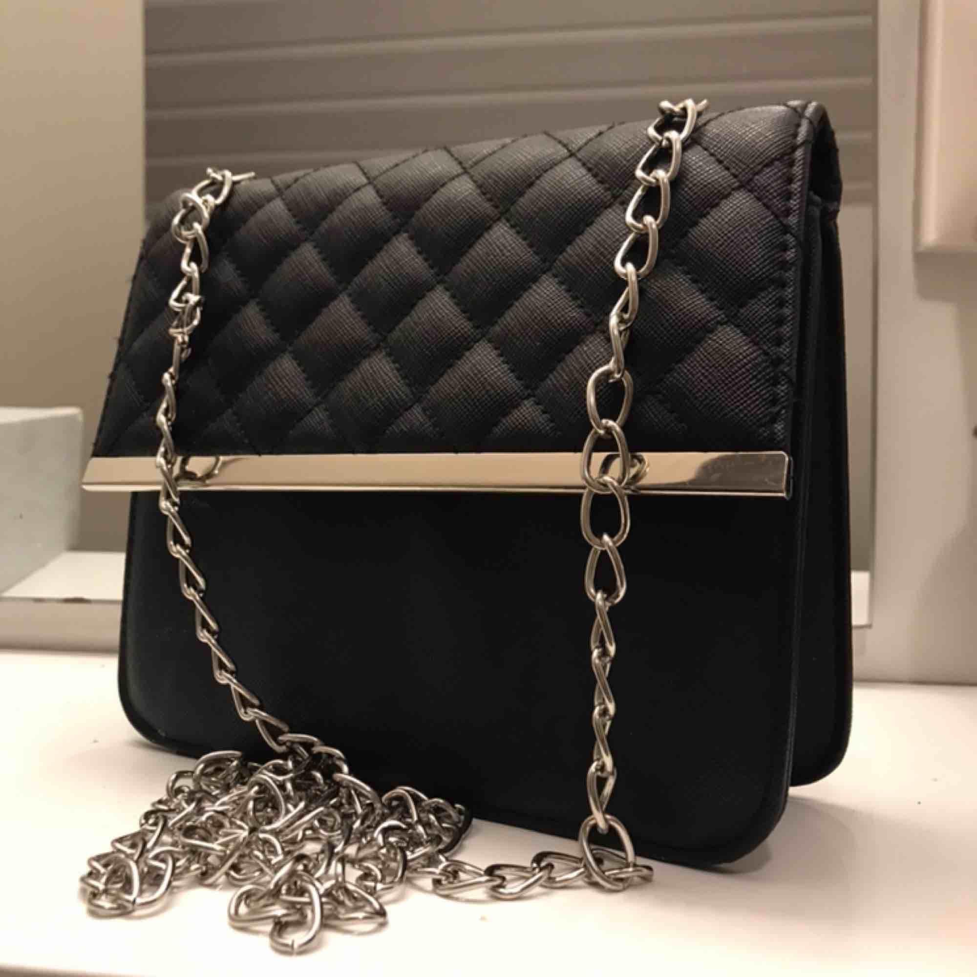 Skitfin liten handväska, går att matcha till ALLT och är jättesmidig💕💕 Säljes eftersom det inte längre är min stil. Den är i fint skick och köpare betalar frakt. Fråga gärna om ni undrar något!!😇😇. Väskor.