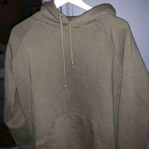 Jättefin svart hoodie från bikbok i en grön färg. Säljes då den inte kommer till användning längre!! ( något nopprig, därav priset ) Köparen står för frakten