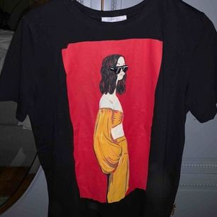 Säljer denna balla tshirt från zara. Köparen står för frakten