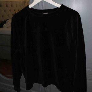 Säljer min jättefina tröja från ginatricot i sammet. Den är i ca men sitter lagom på mig som är en S. Köparen står för frakten