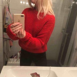 super mysig & fin röd stickad tröja som är perfekt nu till vintern & kallare tider. Säljs pågrund av att den inte kommer till användning längre