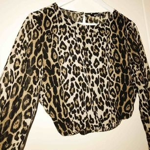 Leopardmönstrad blus som jag själv skapat av en klänning. Sjukt snygg och ballongärmar med resår ger en fin form.